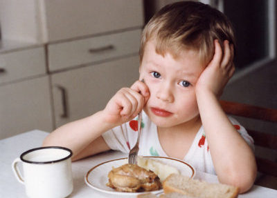 Ребенок ест мясо